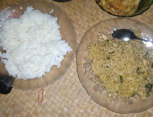 makan mie instan campur nasi