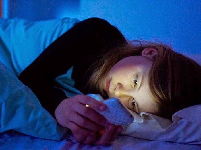 Tidur Larut Malam Sambil Main HP
