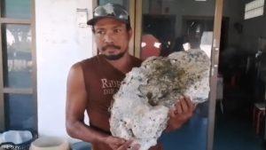 Pemulung Ini Temukan Batu