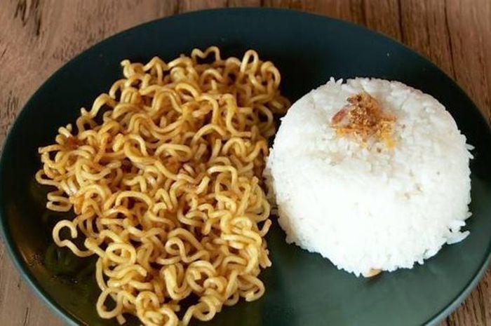 Makan Mi Instan Campur Nasi