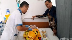 Video Viral Nenek Sukabumi Menangis karena Cucu Idap Hidrosefalus