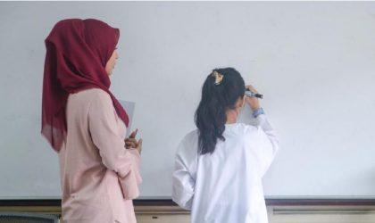 Viral Wali Murid Suruh Guru Merangkak di Depan Siswa Usai Anaknya Dihukum (Ilustrasi)